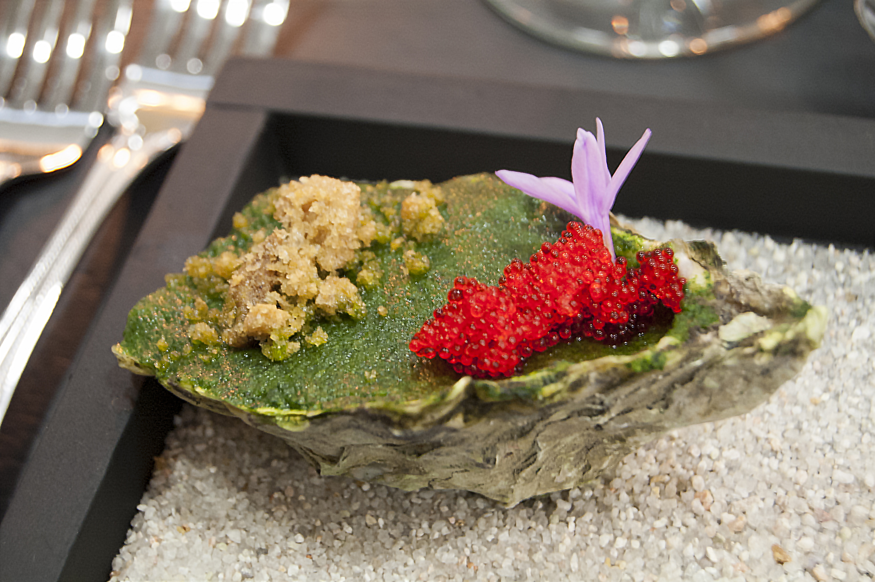 Green oyster with spinach, tabiko and chicharron